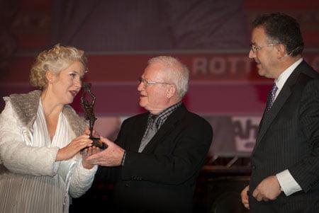 Marilyn Monroe reikt Award uit aan Rob Wiegman onder toeziend oog van Burg. Aboutaleb.