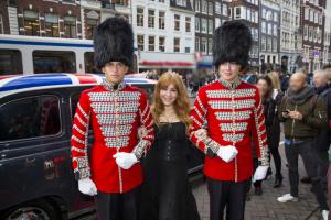 Charlotte Tilburry onder begeleiding van Royal Guards