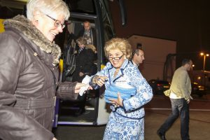Maribel deelt tissues uit KLM farewell party