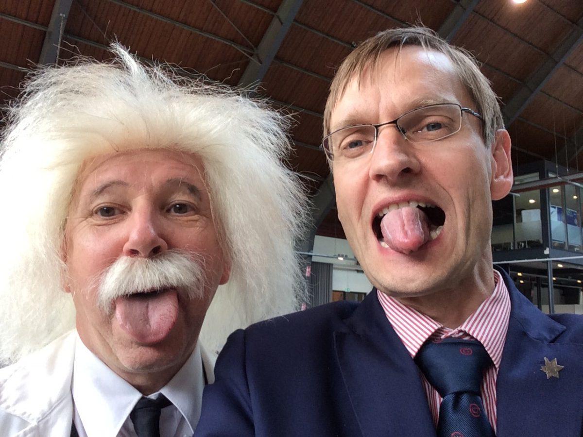Einstein met blije opdrachtgever