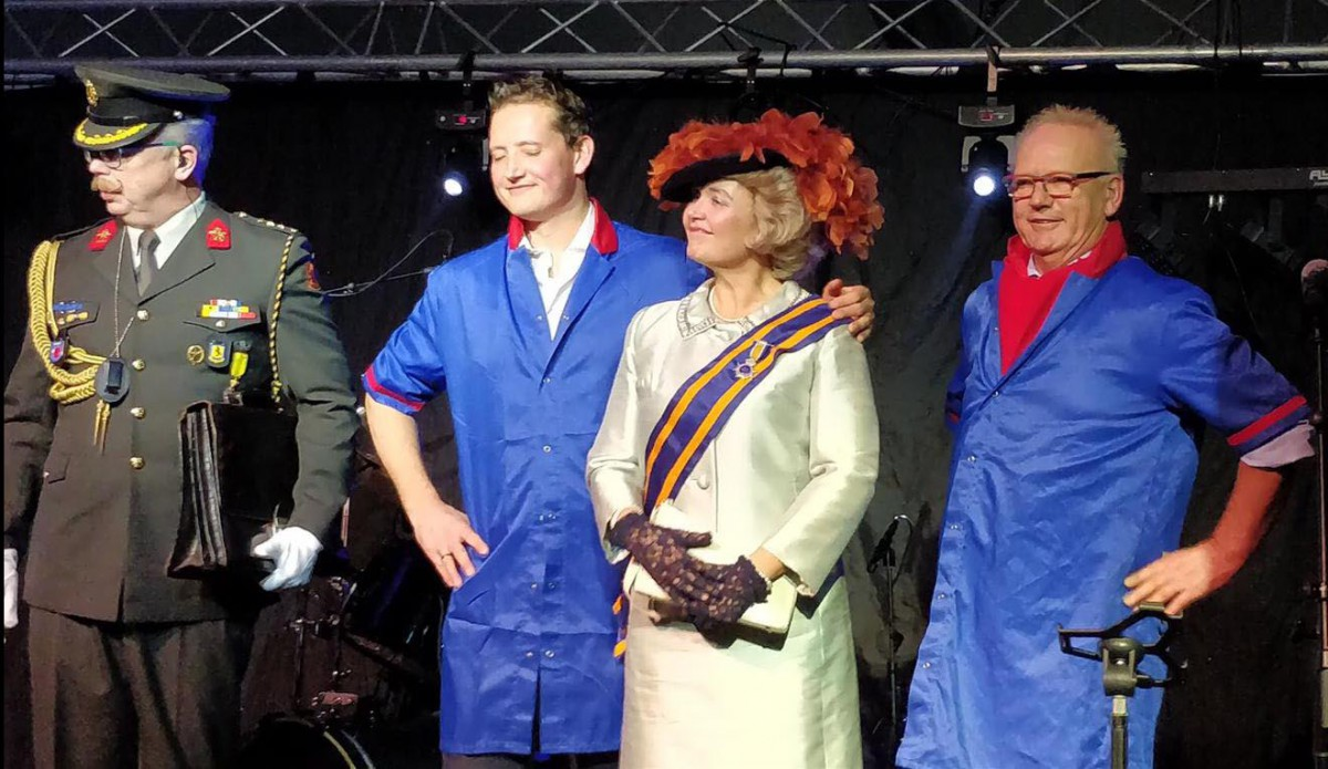 HKH Beatrix met Peter en Dries van den Berg op podium