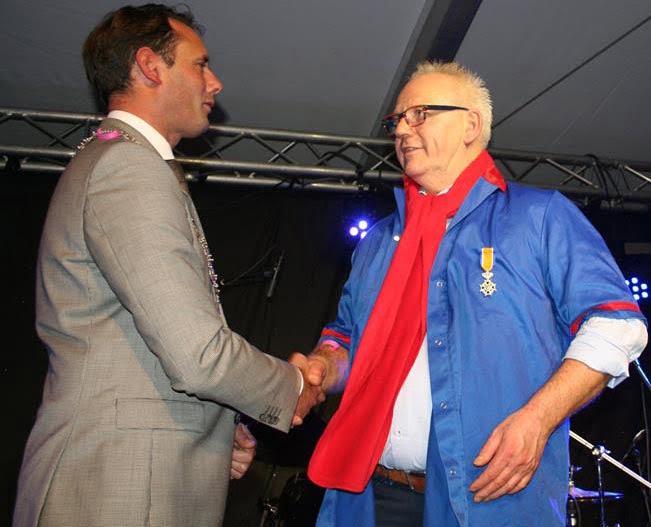 Dries van den Berg ontvangt Lintje van HJVanSchaik