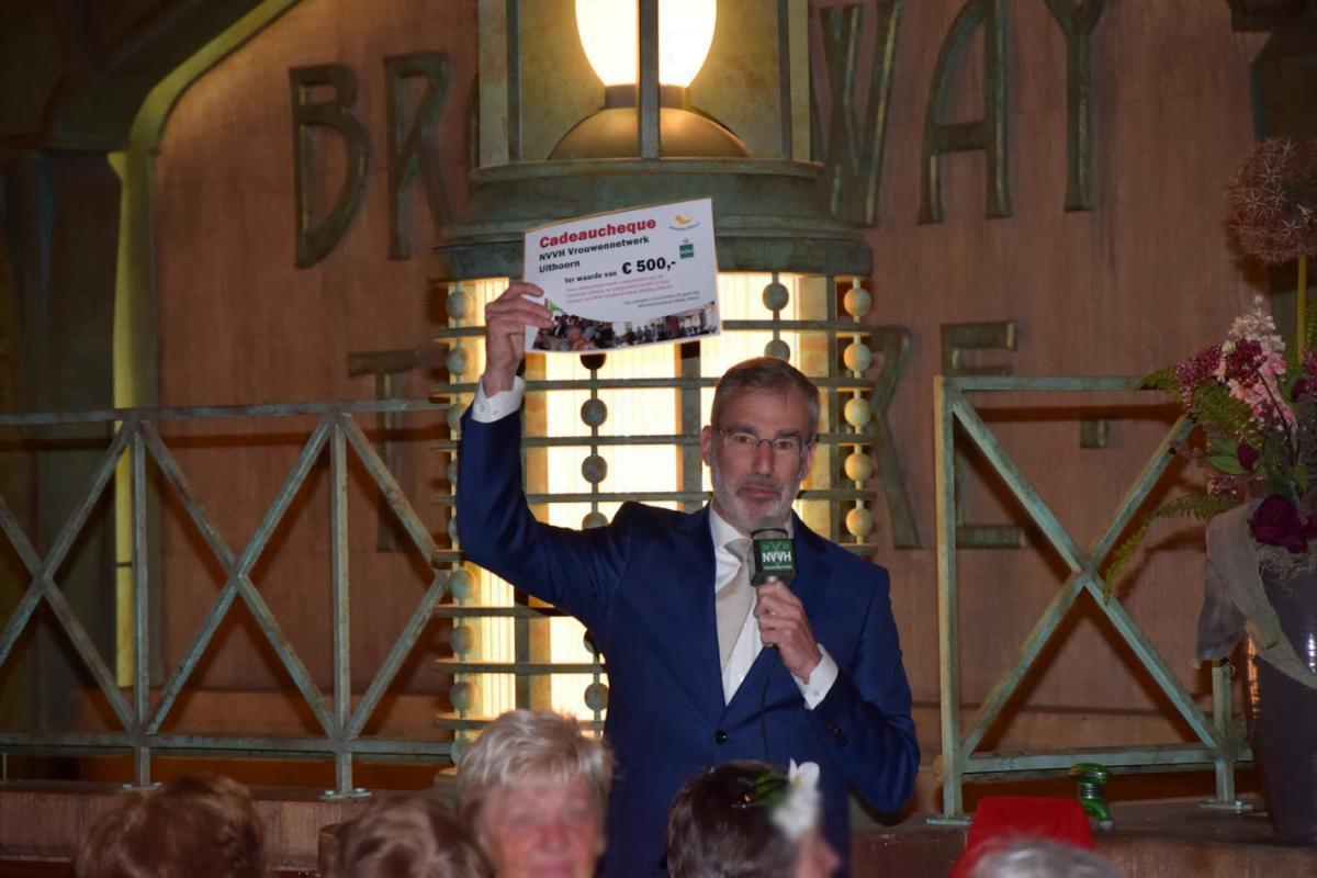 Burgemeester Heiliegers reikt Cheque uit
