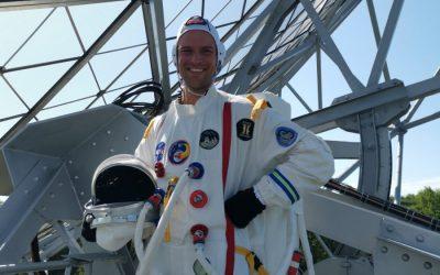 Astronaut bezoekt Radioschotel Dwingeloo